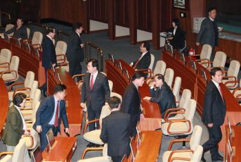 국회 대정부질문-본회의장 나가는 자유한국당