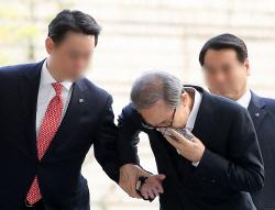 [포토] 부축 받으며 법정 향하는 이명박 전 대통령