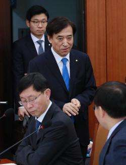[포토]국회 기재위 전체회의 출석한 이주열 총재