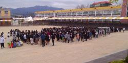 [포토] 동해 지진에 학교 밖으로 대피한 학생들