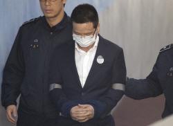 '김학의 의혹 키맨' 윤중천, 고개숙인 채 구속심사 법정 출석