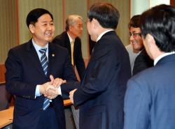 [포토] 재정정책자문회의 참석자와 인사하는 구윤철 차관