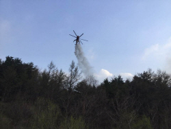 경기도 연천 DMZ내 산불…산림당국, 헬기 투입해 진화중