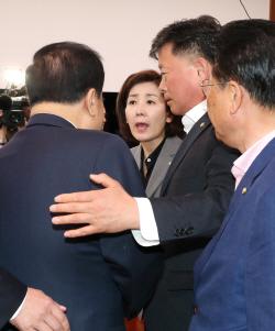 한국당, 의장실 몰려가 실력행사…문의장 쇼크 '탈진'