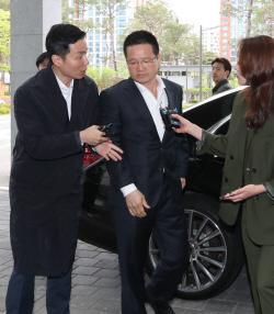 """'김학의 키맨' 윤중천 두번째 檢 출석…""""성실히 임하겠다"""""""