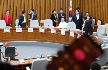 한국당, 정개·사개특위 회의장 점거