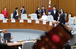 [포토]사개특위 회의장 점거한 자유한국당 의원들