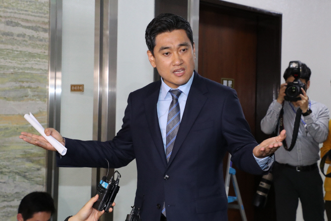 """문희상, 사개특위 사보임 승인…오신환 """"뒷통로 결재"""" 반발"""