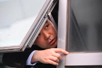 채이배 의원실 점거한 한국당