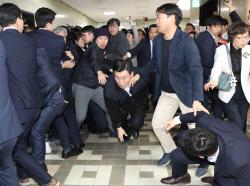 [포토] 몸싸움 벌이는 더불어민주당과 자유한국당