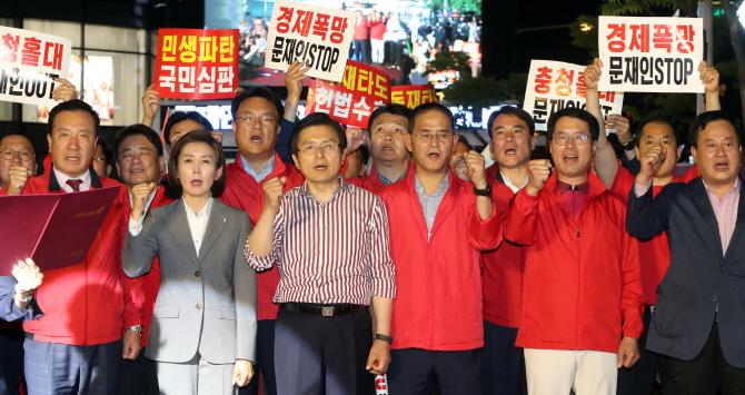 """한국당 """"文, 위기 때 정권 잡고는 선거법 고치는 新독재""""(종합)"""