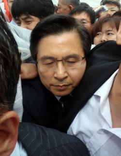 황교안, 3년 전과 달리 '임을' 제창…행사장 진입까지 '아수라장' (종합)