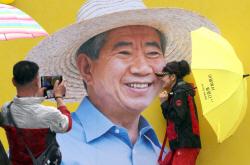 [포토]밝은 미소로 시민들 맞이하는 노무현 전 대통령