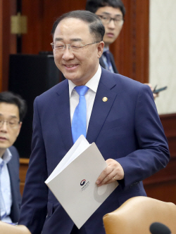 [포토]홍남기, 밝은표정으로 대외경제장관회의 입장