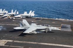 [포토] 링컨호 갑판에 착륙하는 F/A-18F 슈퍼호넷