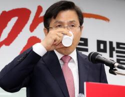 [포토]황교안, '물 한모금 마시고'
