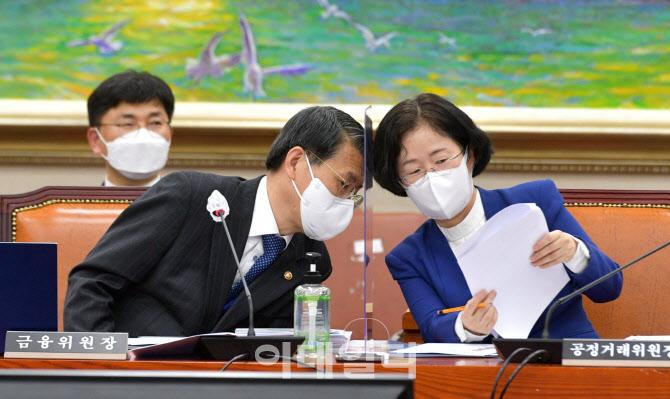 [포토]정무위 전체회의, '머리 맞대고 논의하는 은성수-조성욱'
