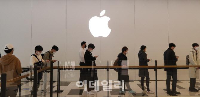 [포토]애플 스토어에 줄 선 시민들