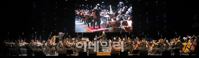 [포토]지휘자 정나라와 경기필하모닉 오캐스트라의 공연