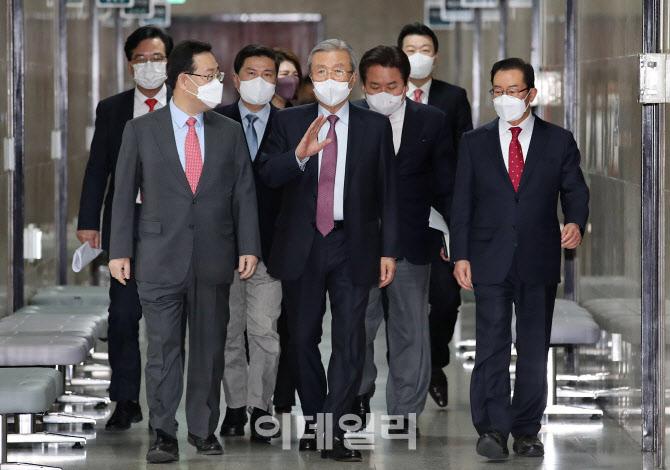 [포토]비상대책위원회의 입장하는 김종인-주호영
