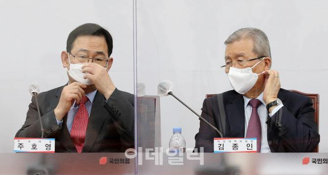 [포토]마스크 고쳐쓰는 김종인-주호영