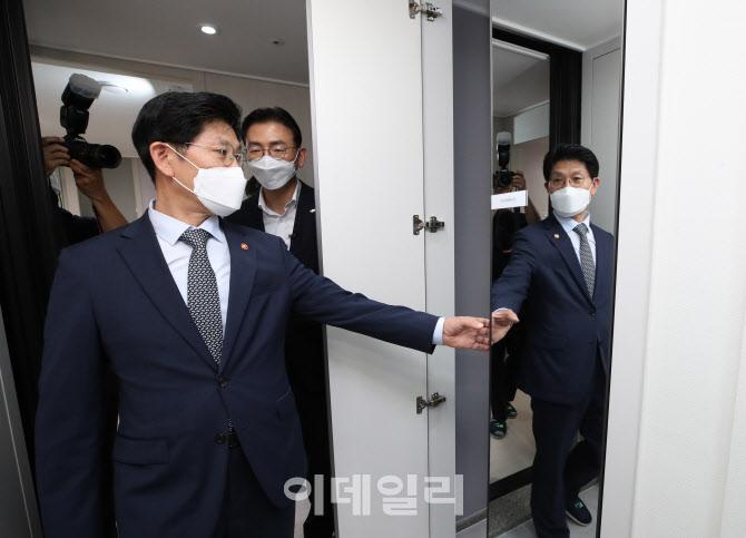 '착한 소비' 후원물품 전달하는 김수영 양천구청장                                                                                                                          ...