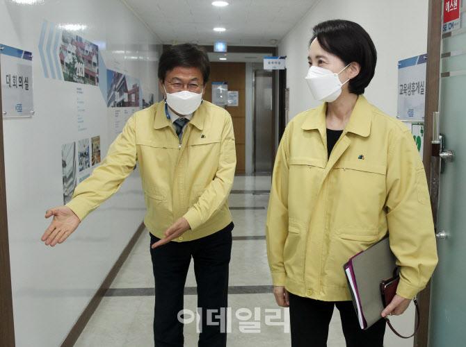 청소년 백신 관련 간담회 참석하는 유은혜 부총리                                                                                                                           ...