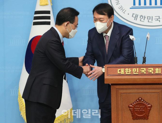 외통위 국정감사, '대화하는 송영길-이인영'                                                                                                                              ...