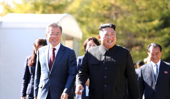 김정은 송이버섯 2t 선물..과거 남북정상회담서 주고받은 선물은