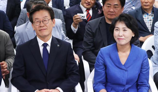 """경찰 """"혜경궁 김씨=이재명 부인""""vs이재명 """"허접한 스모킹건"""""""