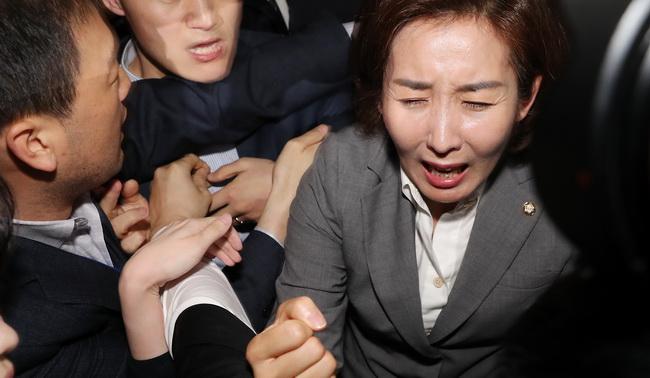 패스트트랙 놓고 국회, '병상결재'·'감금'·'추격전' 난장판