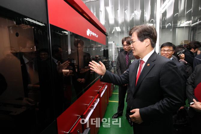 [포토]최양희 장관, 연구소기업 현장방문-2