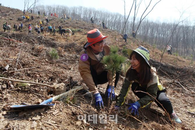 [포토]우리강산 푸르게 푸르게 2015 신혼부부 나무심기-5