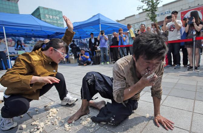 이데일리 - [포토] 북한 꽃제비 연기하는 탈북자 Daily Mail