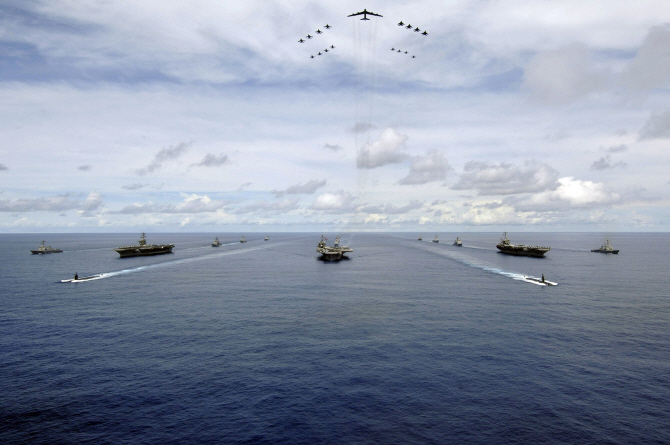 [포토] 전투기와 美 항공모함 `존 C. 스테니스`의 위용