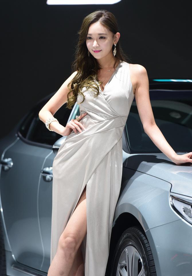 레이싱모델 문가경, '아슬아슬 앞트임 드레스'