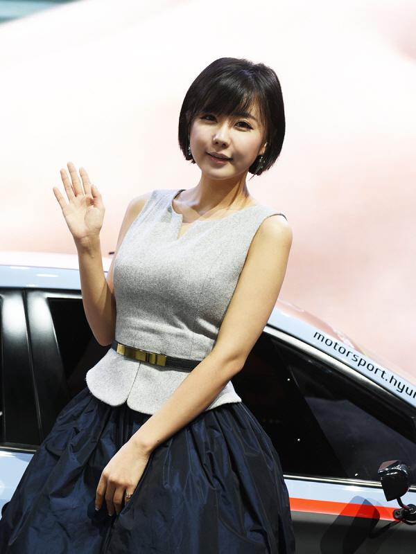 관람객을 맞이하는 레이싱 모델 류지혜