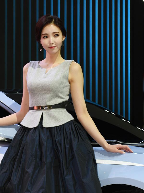 현대차 RM16와 함께 무대에 오른 레이싱 모델 김보라
