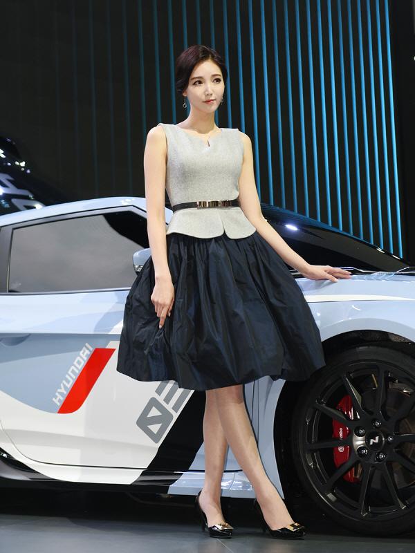 현대차 고성능 모델 RM16와 함께 서는 레이싱 모델 김보라