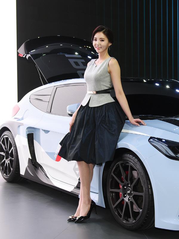 레이싱 모델 김보라, '현대차 고성능 모델 RM16 옆 단아한 미소'