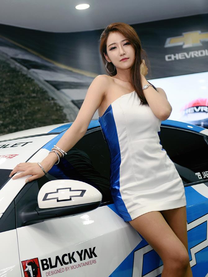 국내 최강, 쉐보레 크루즈 GT1 레이스 카와 함께 포즈를 취하는 레이싱 모델 유다연