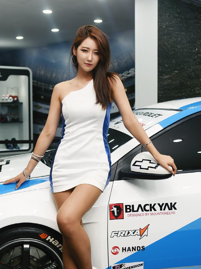 한국 최고의 크루즈 GT1 레이스 카와 함께 선 부산모터쇼의 꽃, '레이싱 모델 유다연'