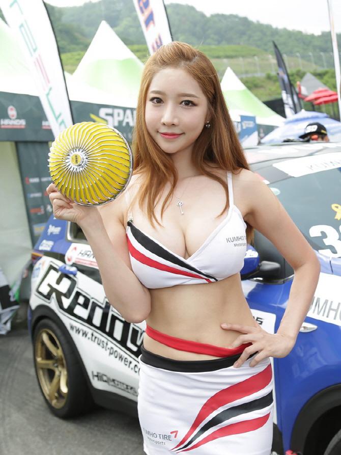 금호타이어 모델 윤다솜 '저와 함께 튜닝의 매력에 빠져보실까요?'