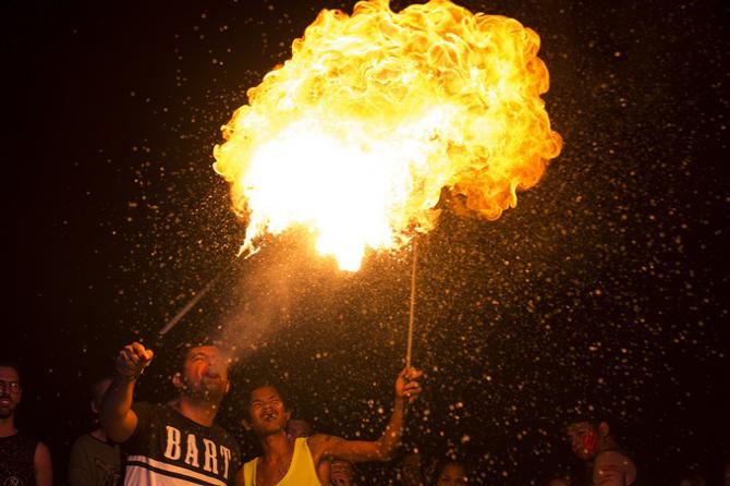 이데일리 - [포토]태국 풀문 파티, `뜨거운 밤의 열기`