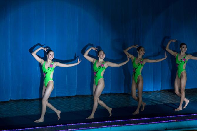 [포토] 北 `수중체조무용단`의 과감한 수영복