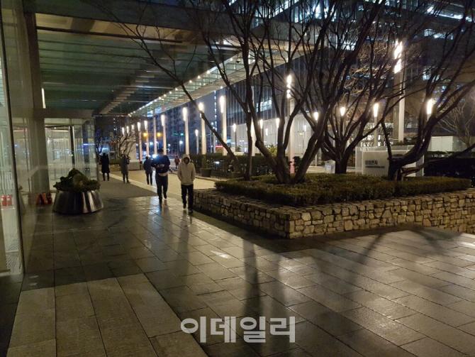 [이재용 구속]`설마했는데`..총수 구속에 침묵 휩싸인 삼성 서초사옥
