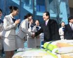 '부경대 사랑독'에 쌀 기부하는 정세균 의장