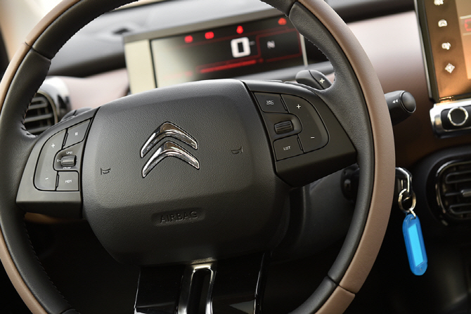 시트로엥 C4 칵투스 시승기 - 첫 시작을 위한 감각적인 소형 SUV