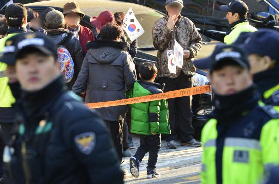 `야 이리와` 학생에 폭언…뿔난 학부모들 `朴 사저앞 집회 금지` 탄원