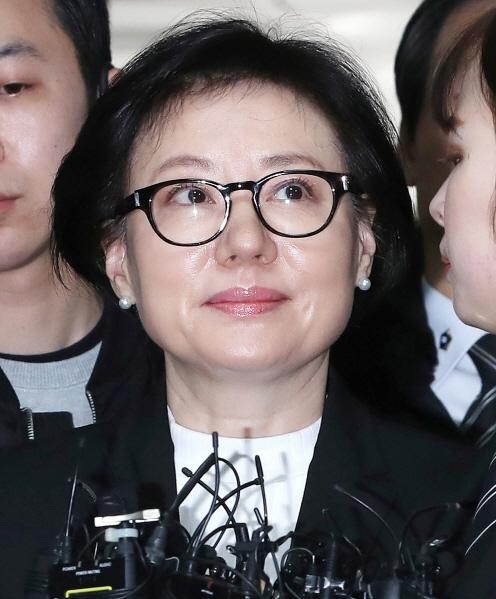 `뿔테 안경에 검은 정장` 신격호 셋째부인 서미경 법정 출석